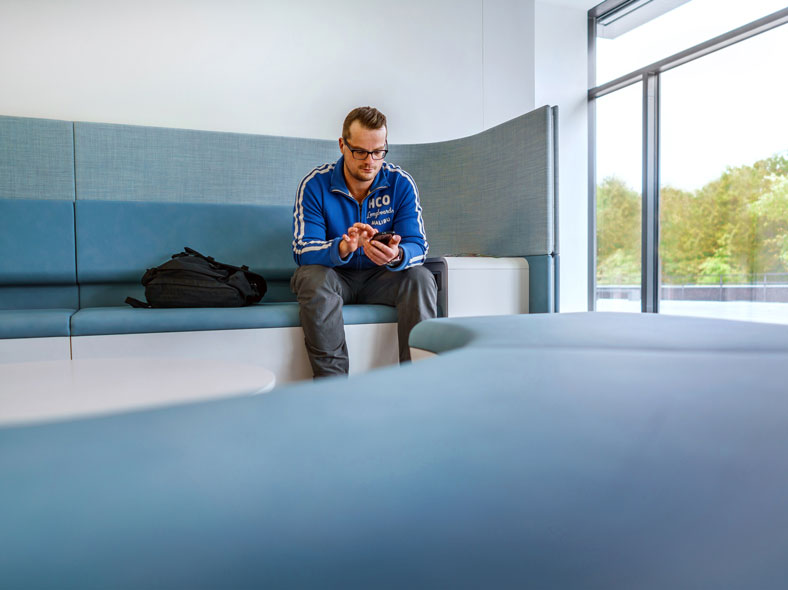 David Truszczynski im Loungebereich der hsg.