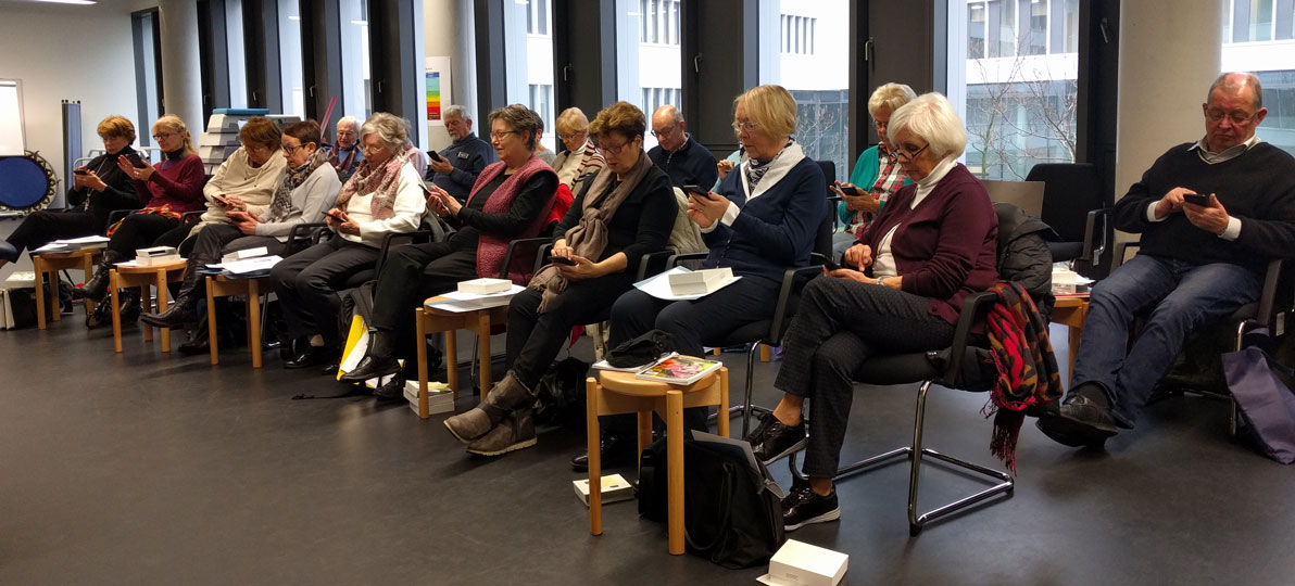 Senioren sitzen im Hörsaal der hsg Bochum