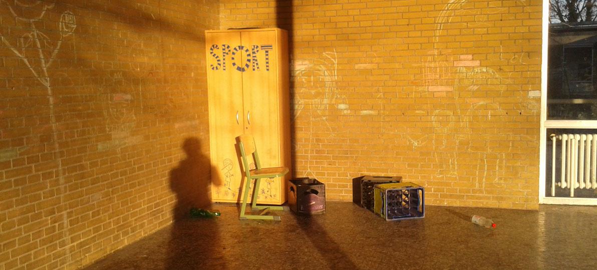 Freizeitbereich einer Schule in dem geflüchtete Kinder gemalt haben.