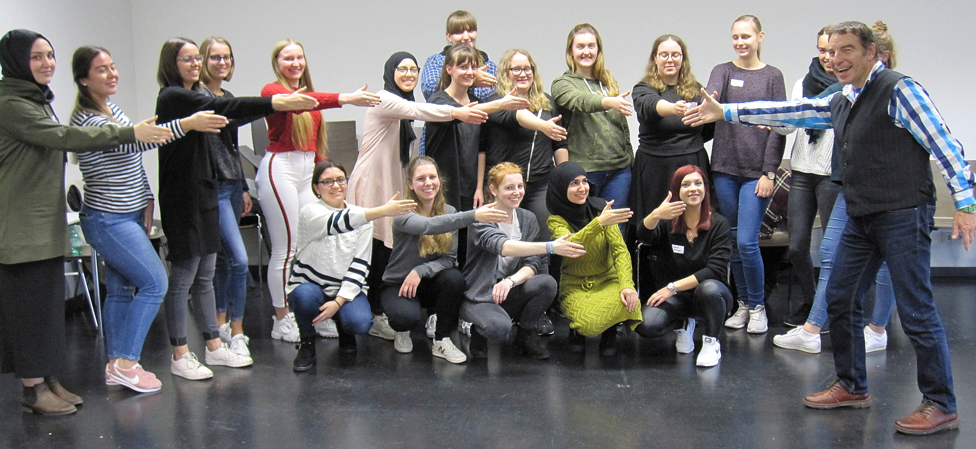 Gruppe Studierender mit dem Pantomimen Manfred Pomorin