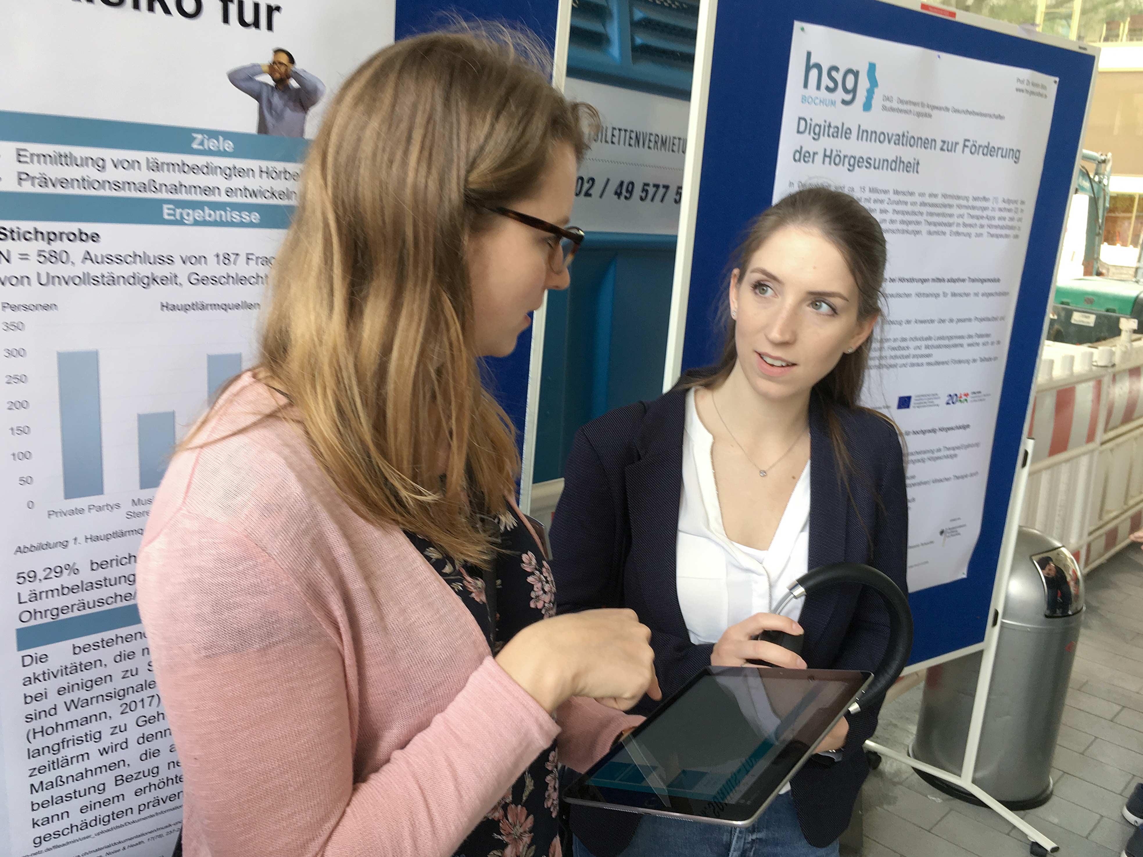 Dorothee Hinsen (links) erklärt das Hörtraining Train2Hear
