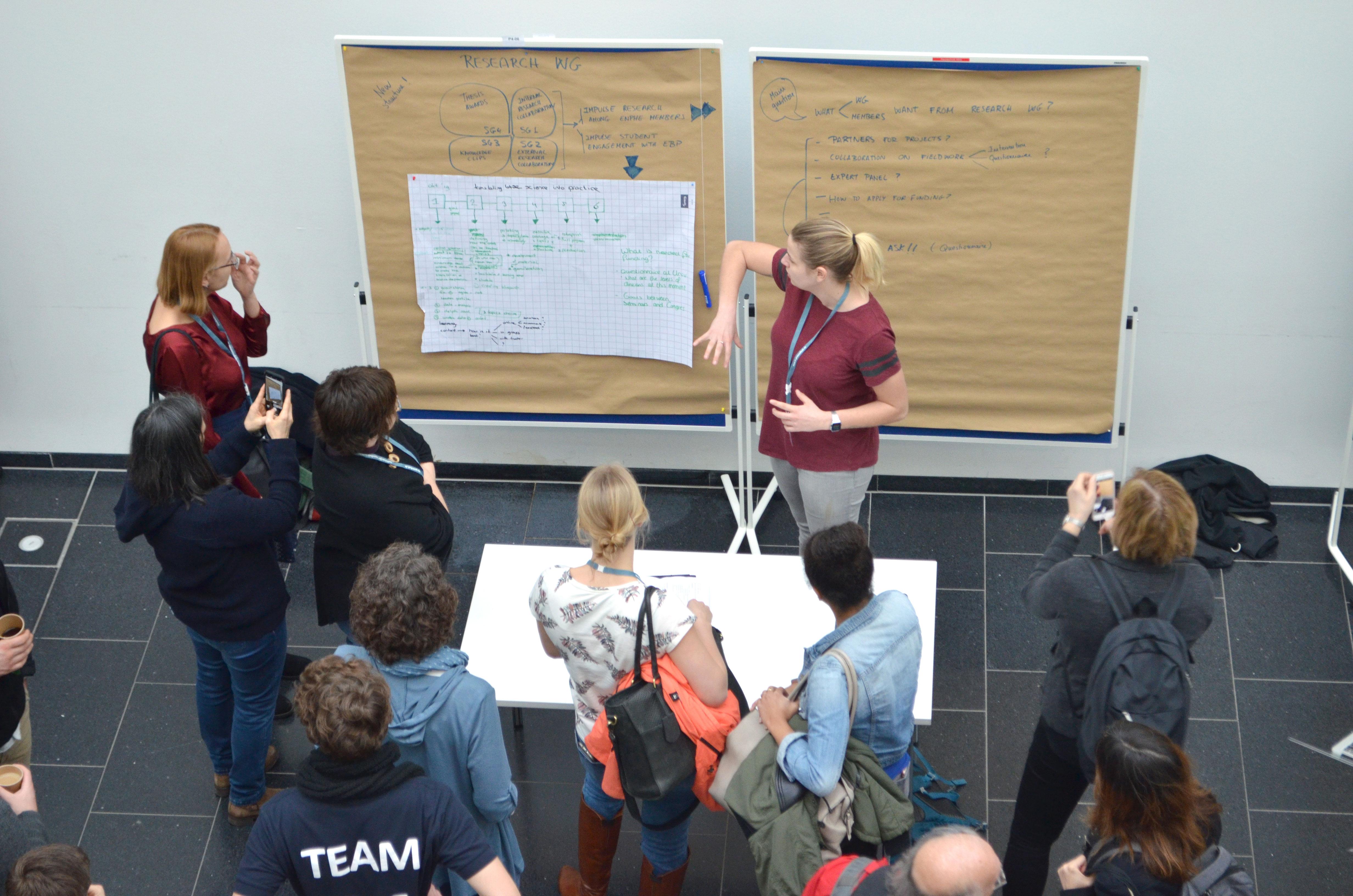 """Während des Welt Cafés gibt die Arbeitsgruppe """"Forschung"""" Einblicke in die Ergebnisse ihrer Arbeit. Fotos: hsg Bochum"""