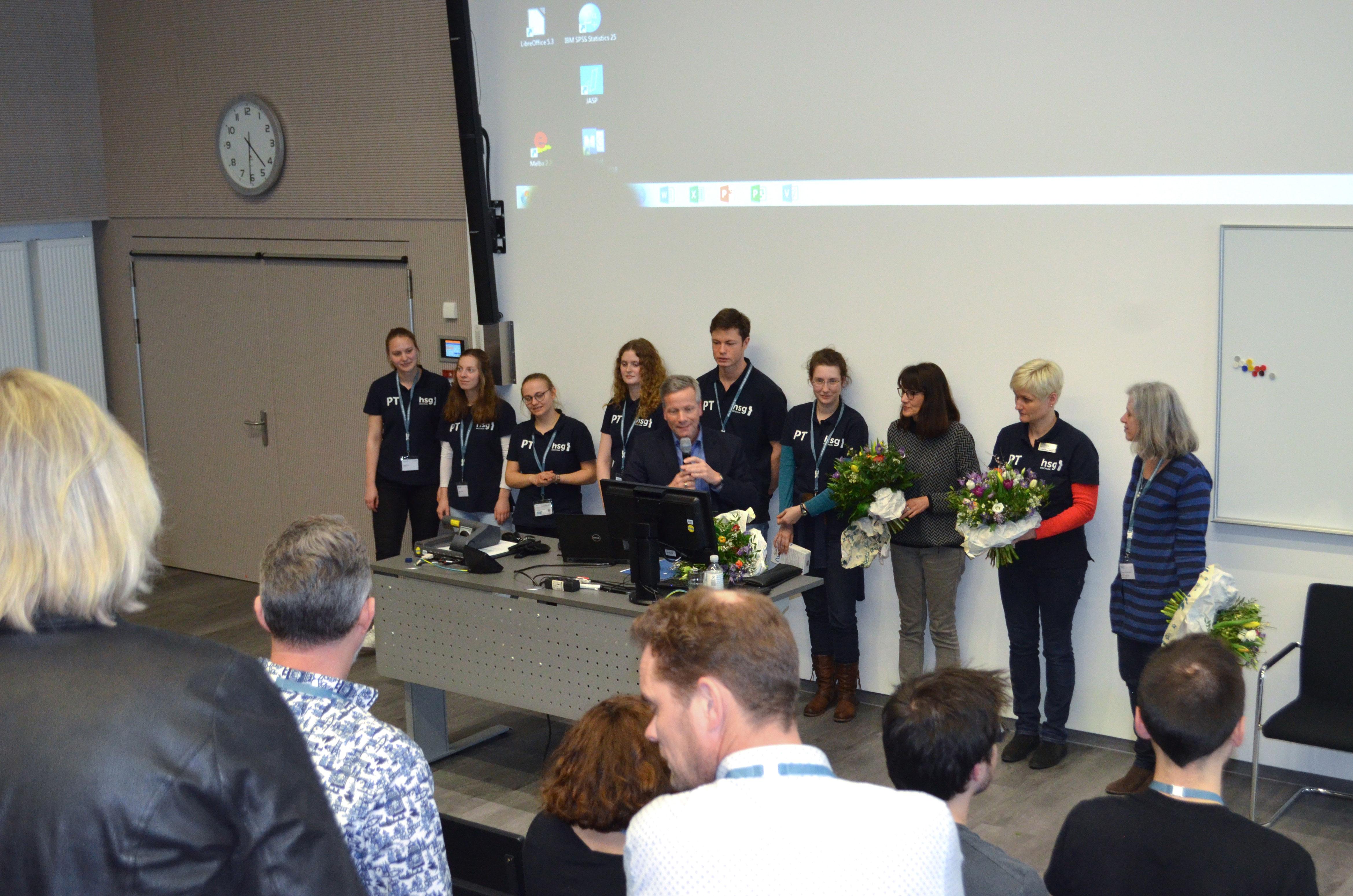 Das ENPHE-Board überreichte dem hsg-Team Blumen. Fotos: hsg Bochum