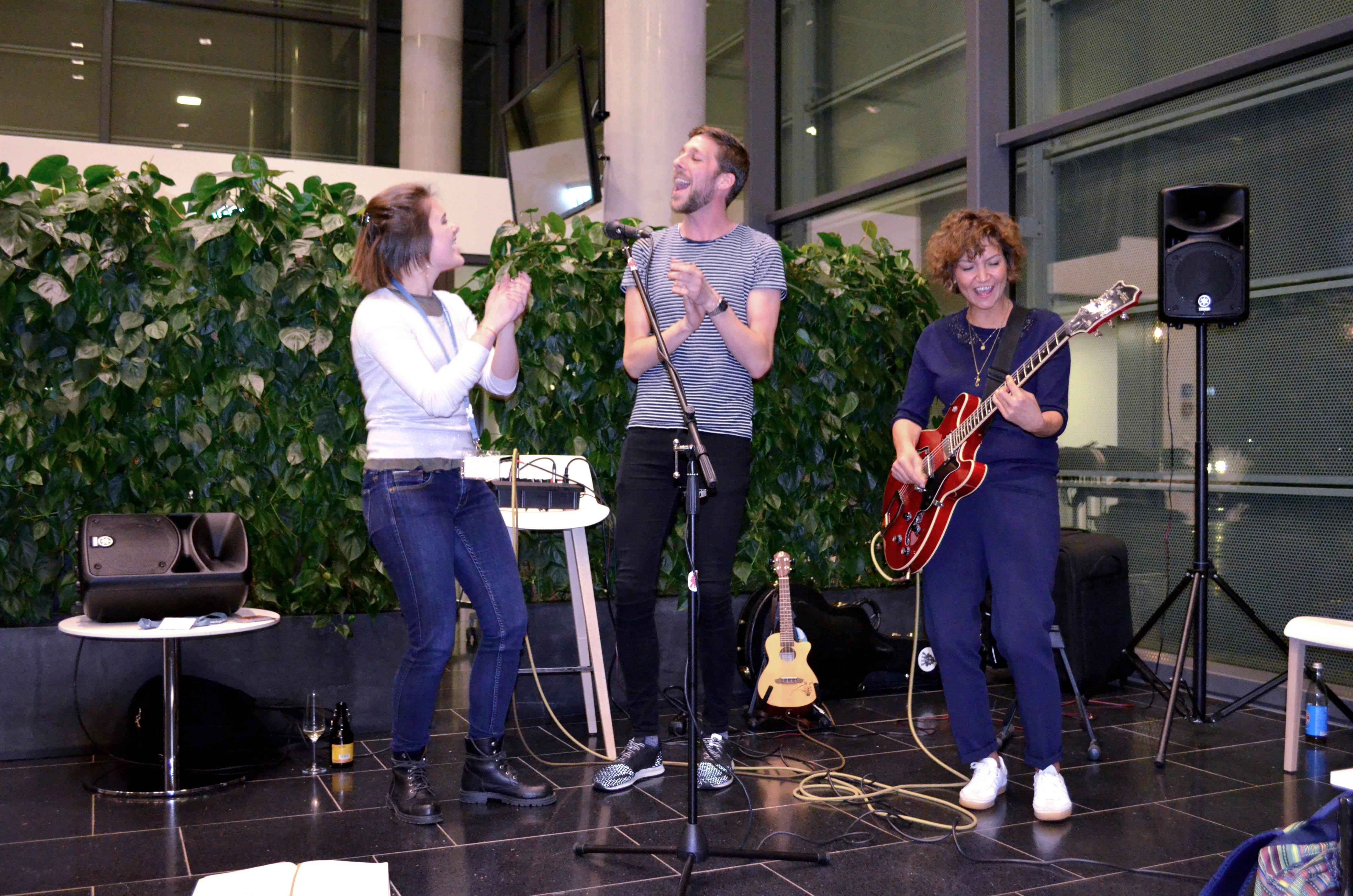 Linda Bockholt (rechts) mit zwei Studierenden aus Dänemark und den Niederlanden