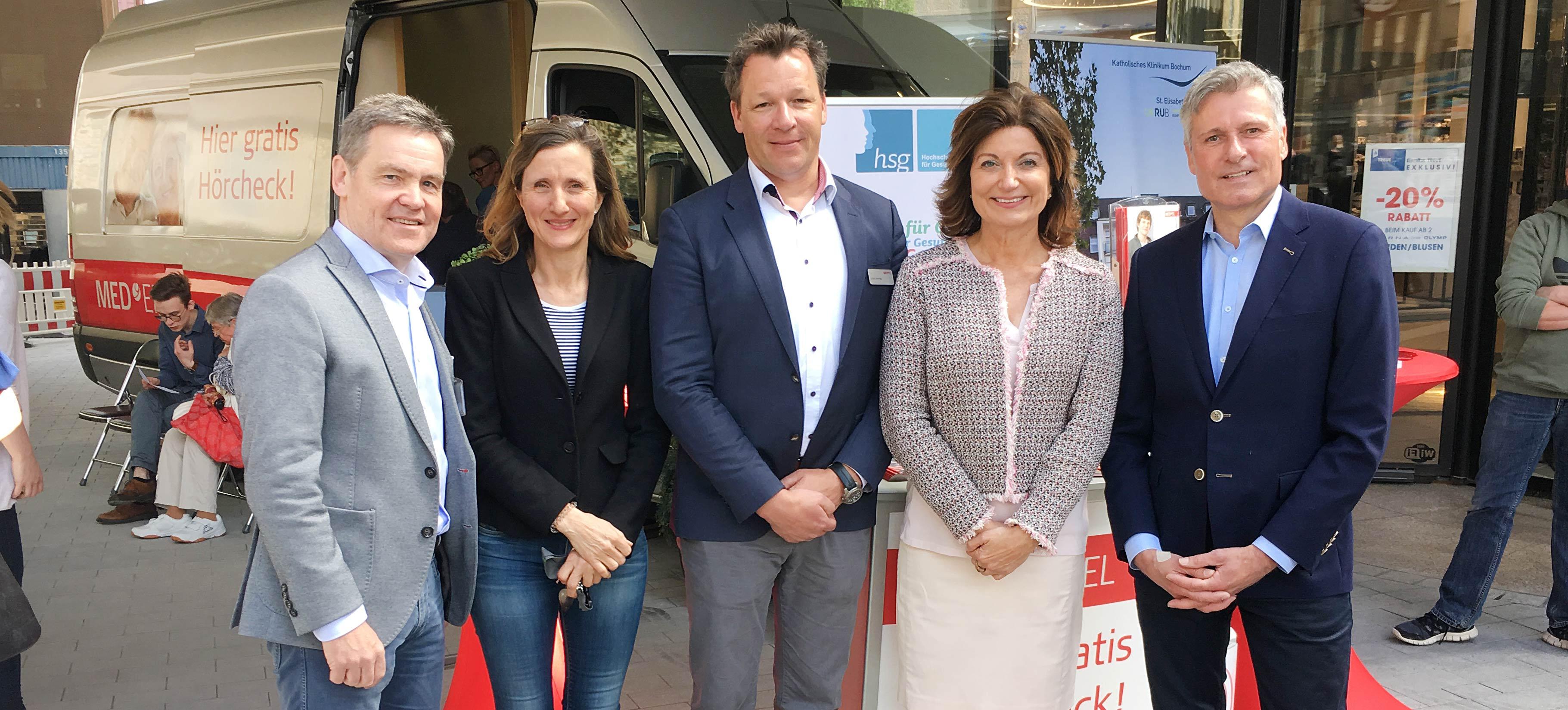 Prof. Dr. Stefan Dazert, PD Dr. Christiane Völter, Prof. Dr. Kerstin Bilda, Dirk Kampmann vor dem Hörmobil in der Bochumer Innenstadt.