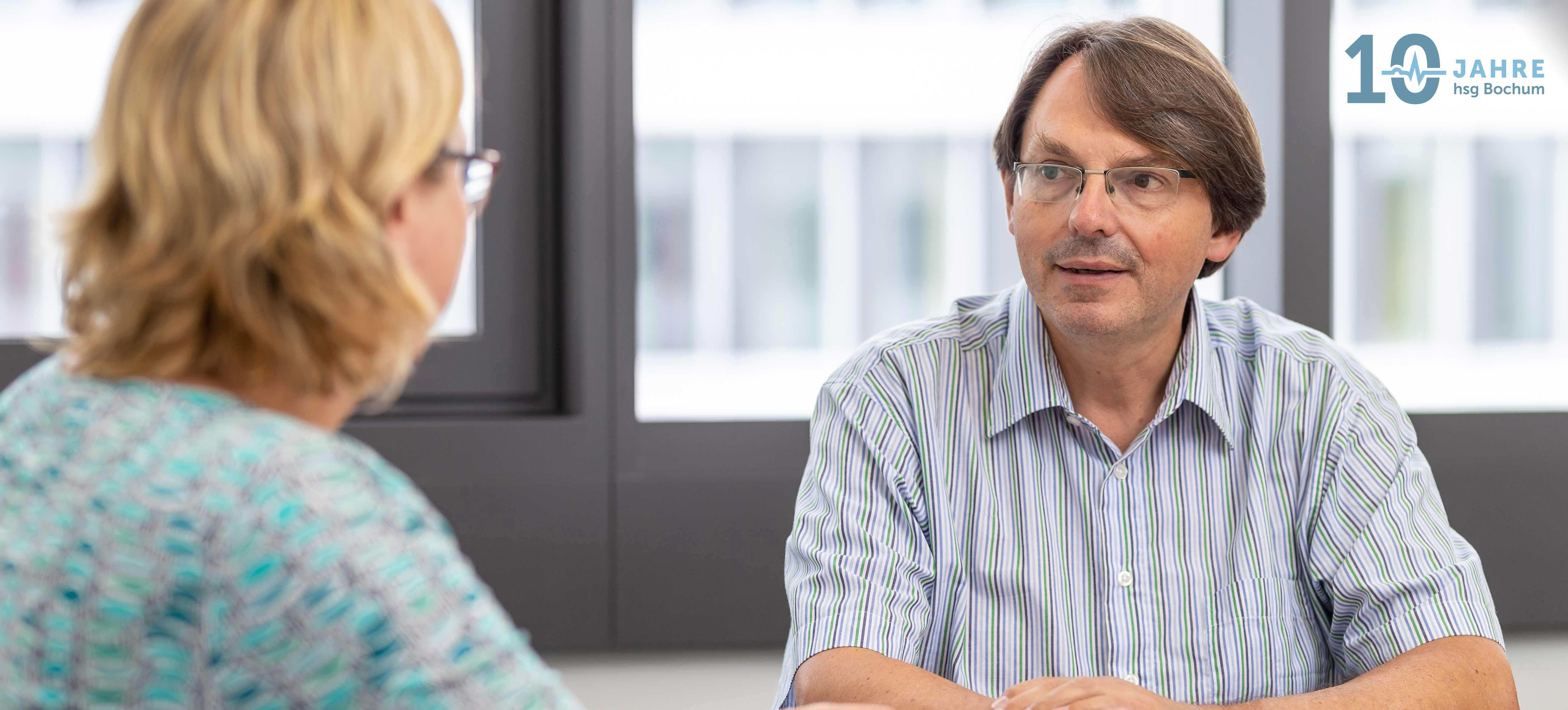 Prof. Dr. Markus Zimmermann im Gespräch mit Tanja Breukelchen. Foto: hsg Bochum/Jürgen Nobel
