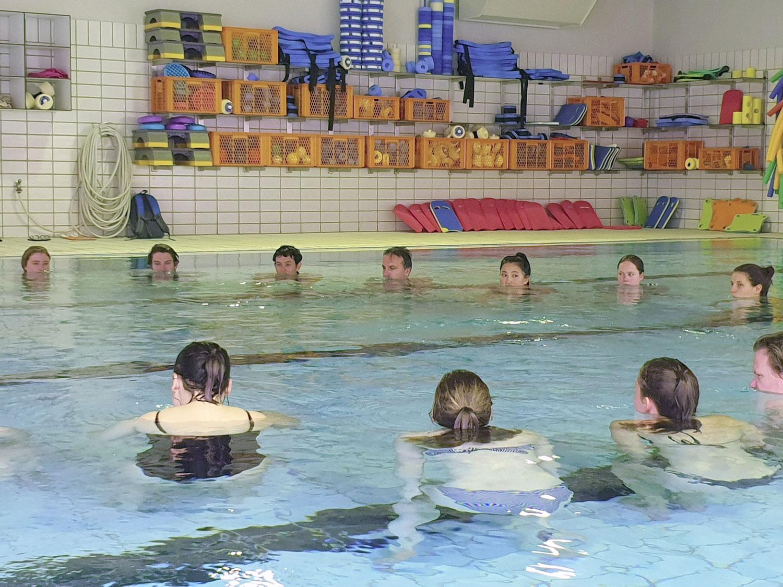 Hydrotherapie am eigenen Leib: Studierende und Lehrende der International Week testen im Therapiebecken des Bergmannsheil in Bochum wie sich Strömung und Auftrieb unter Wasser auf den Körper auswirken. Foto: hsg Bochum