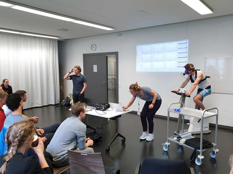 Auf dem Ergometer testen die Teilnehmer die Leistungsfähigkeit indem sie die maximale Sauerstoffaufnahme unter Belastung messen. Foto: hsg Bochum