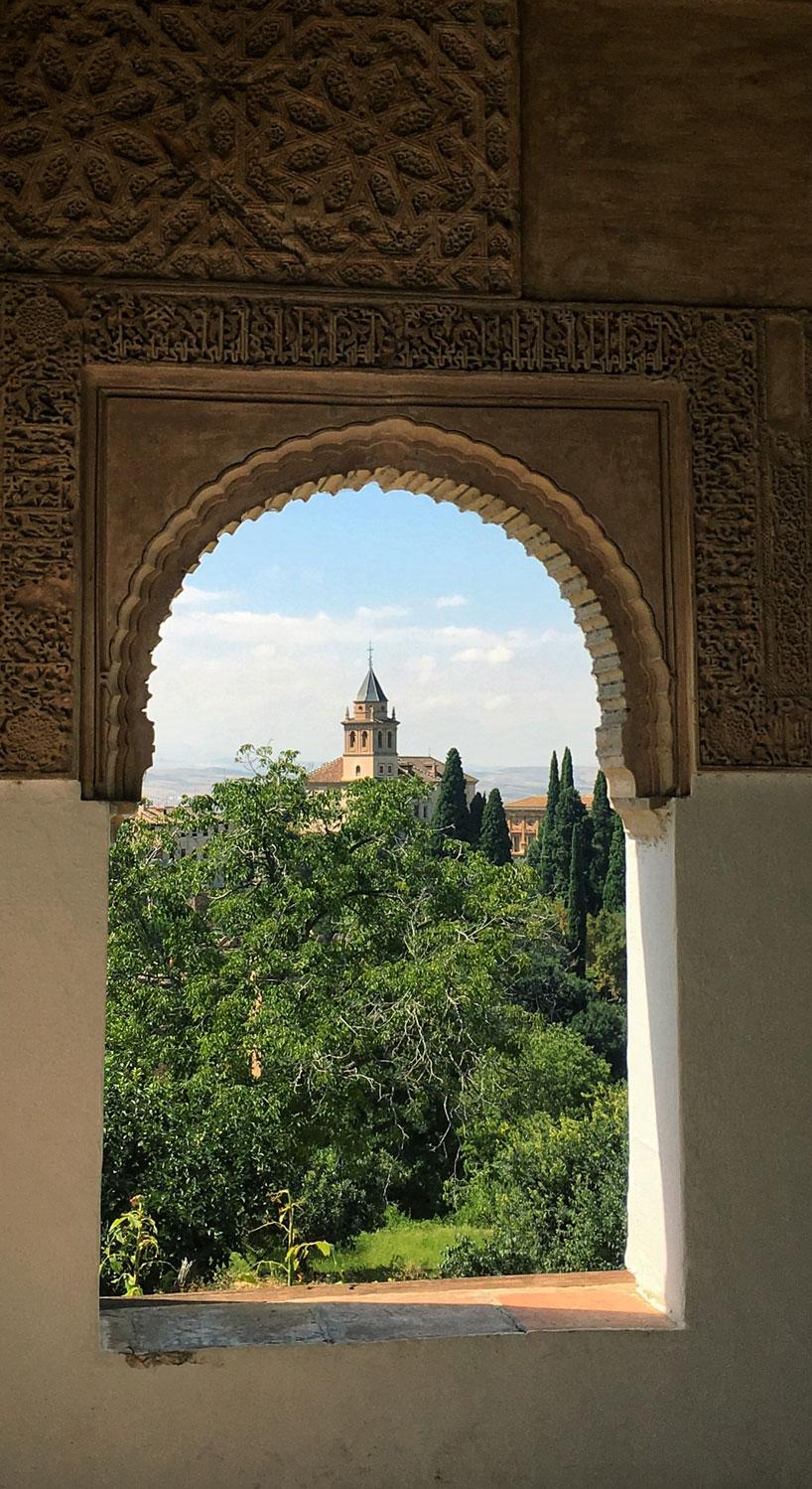 Ausblick aus dem Fenster der Burg Alhambra.