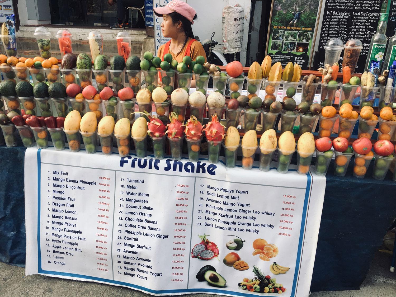 Man sieht einen Marktstand mit exotischen Früchten.