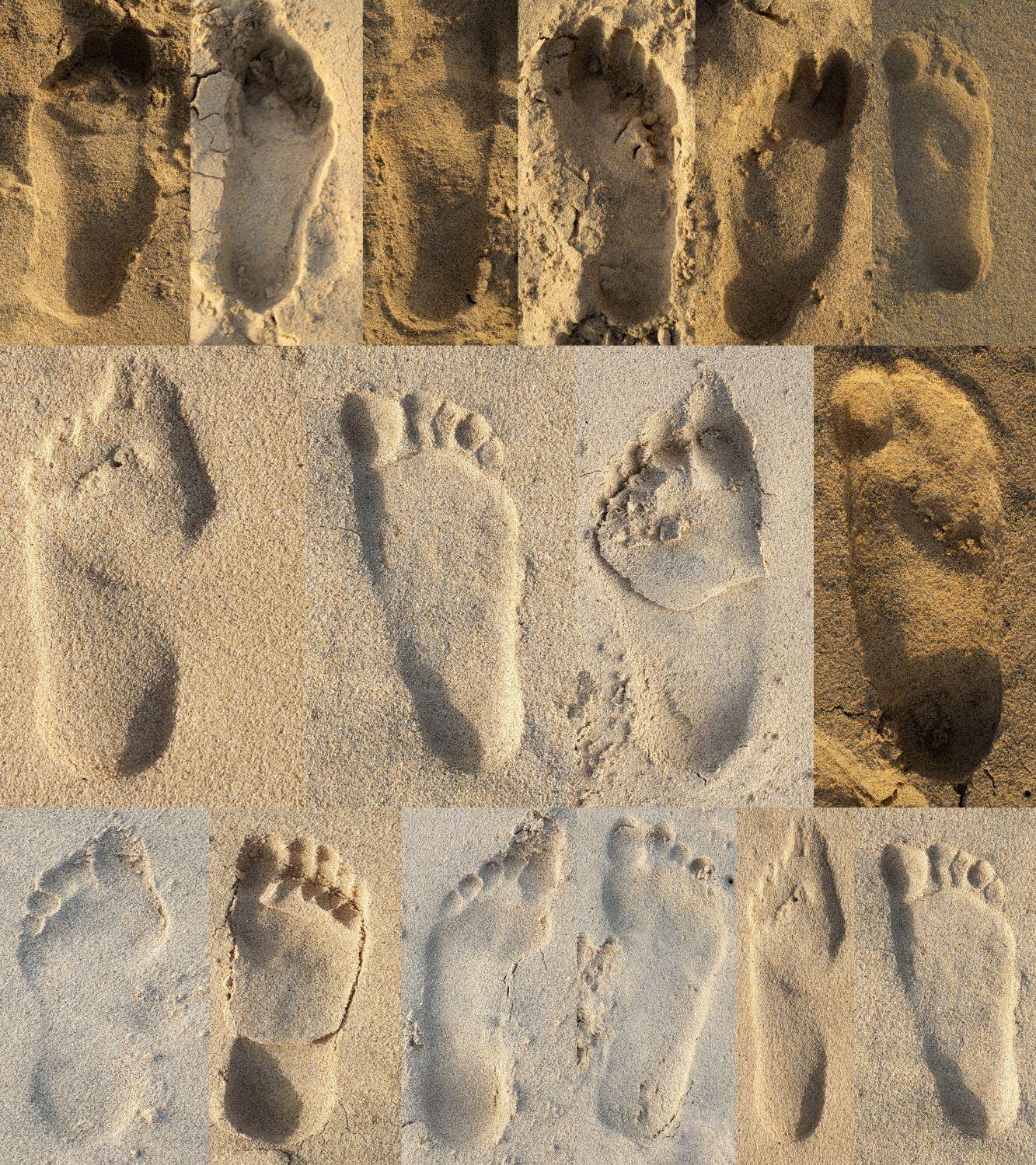 Man sieht eine Kollage aus verschiedenen menschlichen Fußabdrücken im Sand.