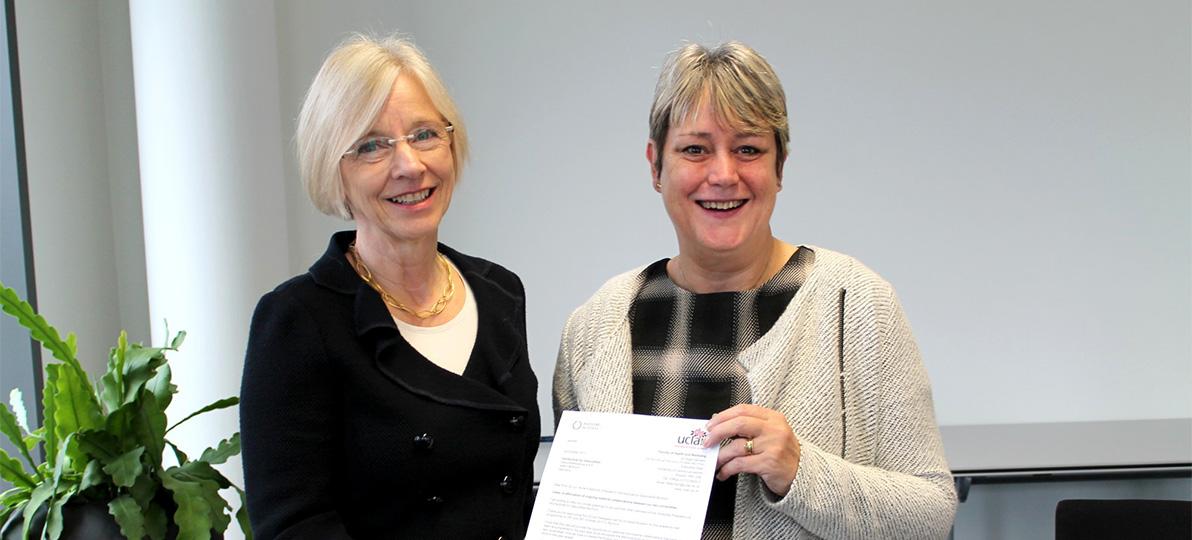 Dr. Hazel Roddam (rechts im Bild) besuchte im Jahr 2017 die hsg Bochum und brachte Prof. Dr. Anne Friedrichs (links) ein Schreiben ihrer Universität mit.