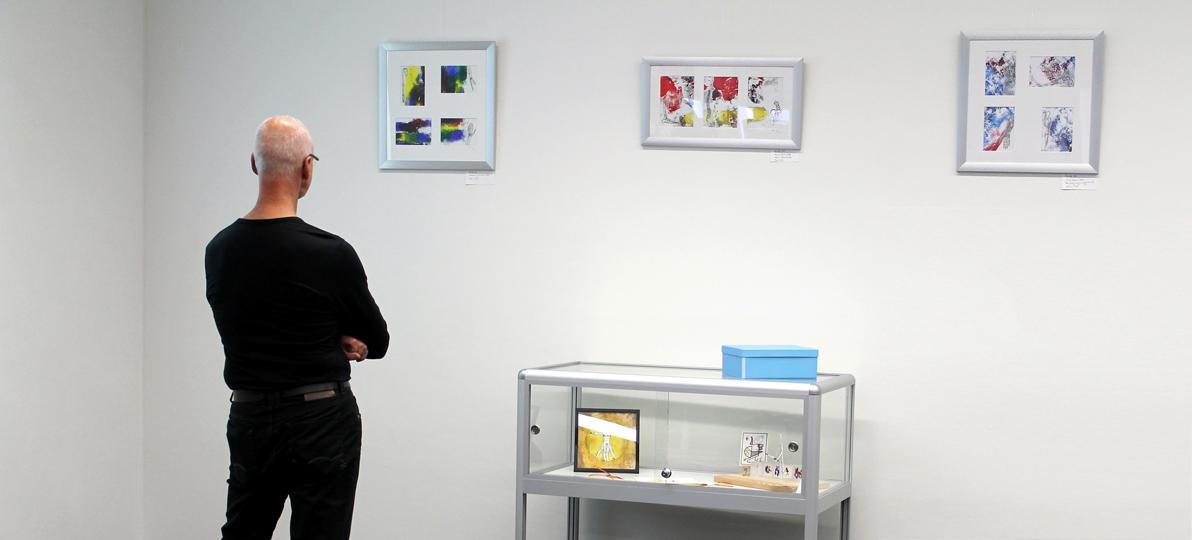Ein Besucher betrachtet die Ausstellung in der Bibliothek der Hochschule für Gesundheit.