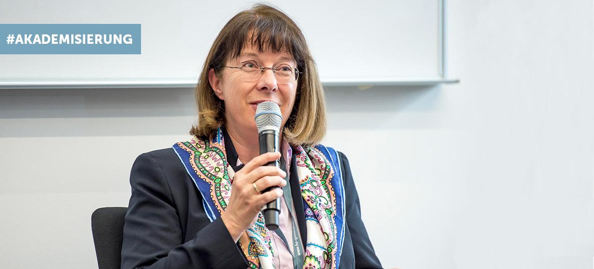 Das Bild zeigt Barabara Bäck bei der Dreiländertagung 2019 an der hsg Bochum.
