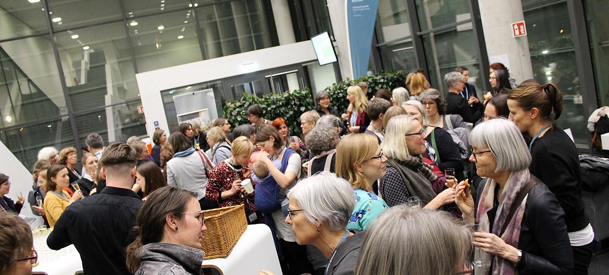 Die Teilnehmer*innen der Konferenz tauschten sich im Eingangsbereich der hsg Bochum aus.