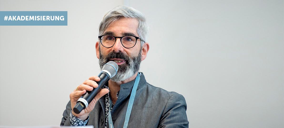 Das Bild zeigt Prof. Dr. Andreas Gerber-Grote bei der Dreiländertagung an der hsg Bochum.