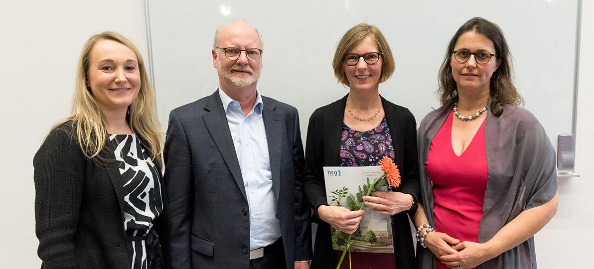 Zu sehen sind Margarete Mateusiak, Prof. Dr. Wolfgang Deiters, Heike Ehlemann und Prof. Dr. Heike Köckler bei der Absolvent*innenverabschiedung 2019 an der hsg Bochum.