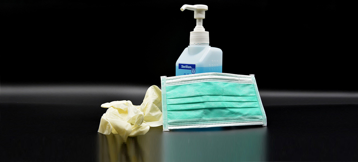 Desinfektionsmittel und Schutzausrüstung sind in der Corona-Krise an manchen Stellen knapp.