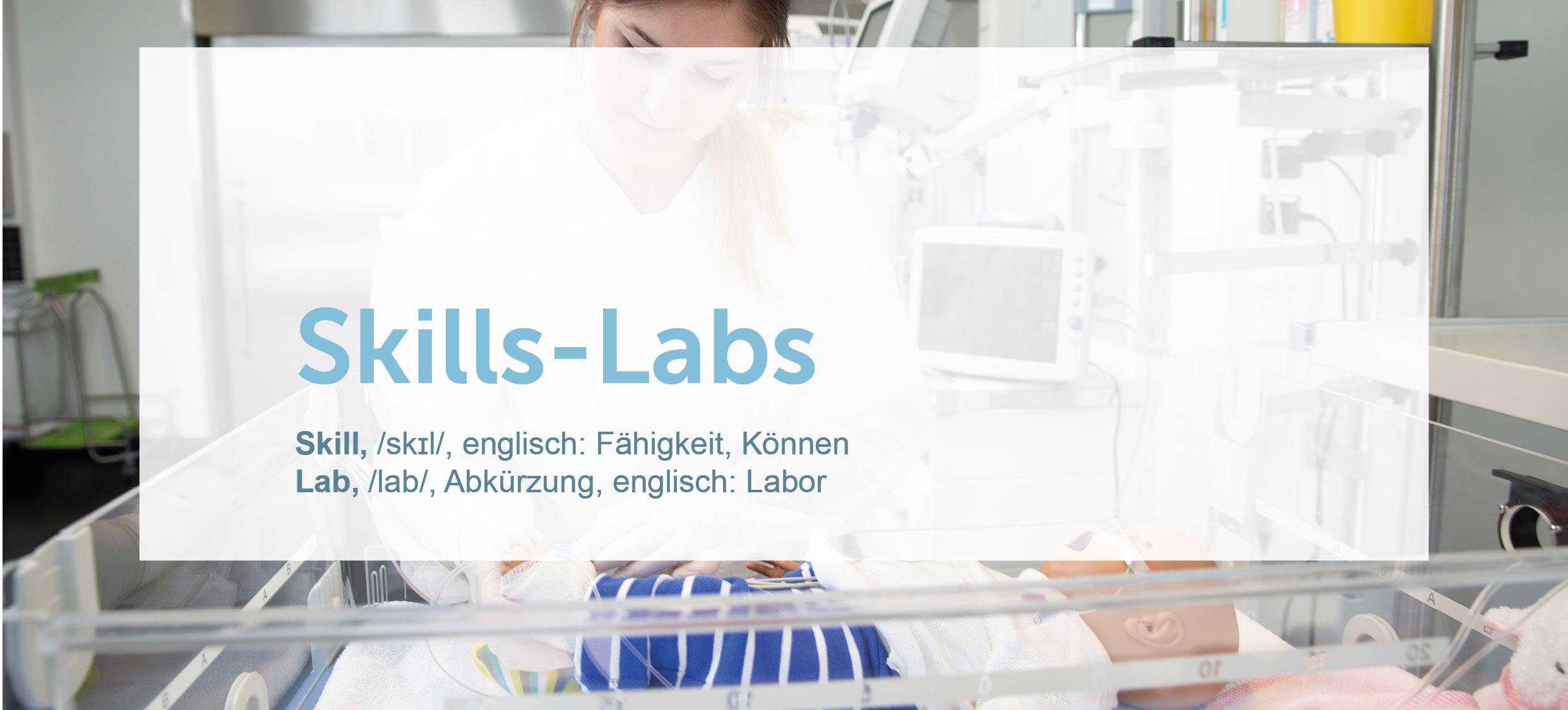 Eine Studentin der hsg Bochum steht im Skills-Lab 'Kinderintensivraum' an der hsg Bochum.