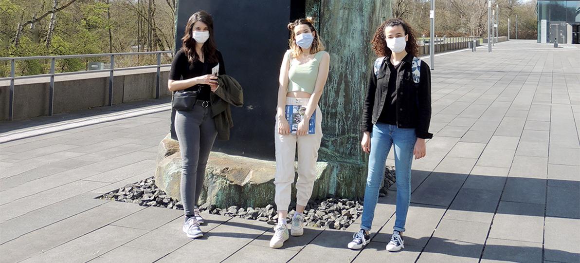 Zu sehen sind die drei Austauschstudierenden aus Istanbul vor der Hochschule für Gesundheit