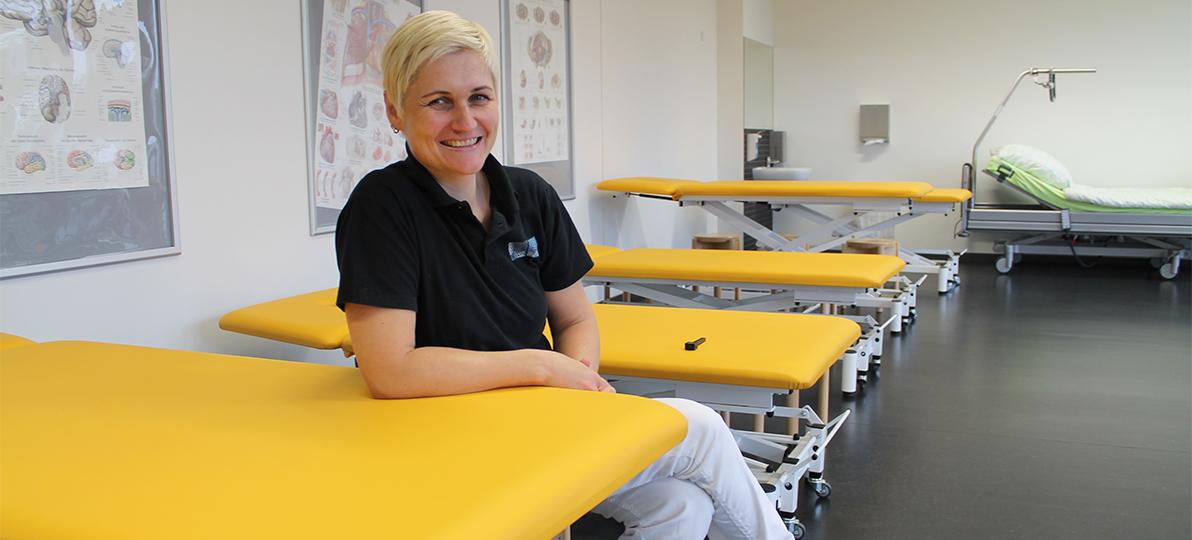 Zu sehen ist Katja Ehrenbrusthoff in einem Raum an der Hochschule für Gesundheit