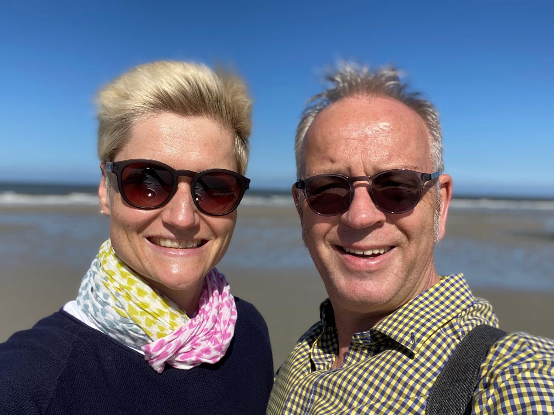 Das Bild zeigt Katja Ehrenbrusthoff mit ihrem Mnan in Cornwall