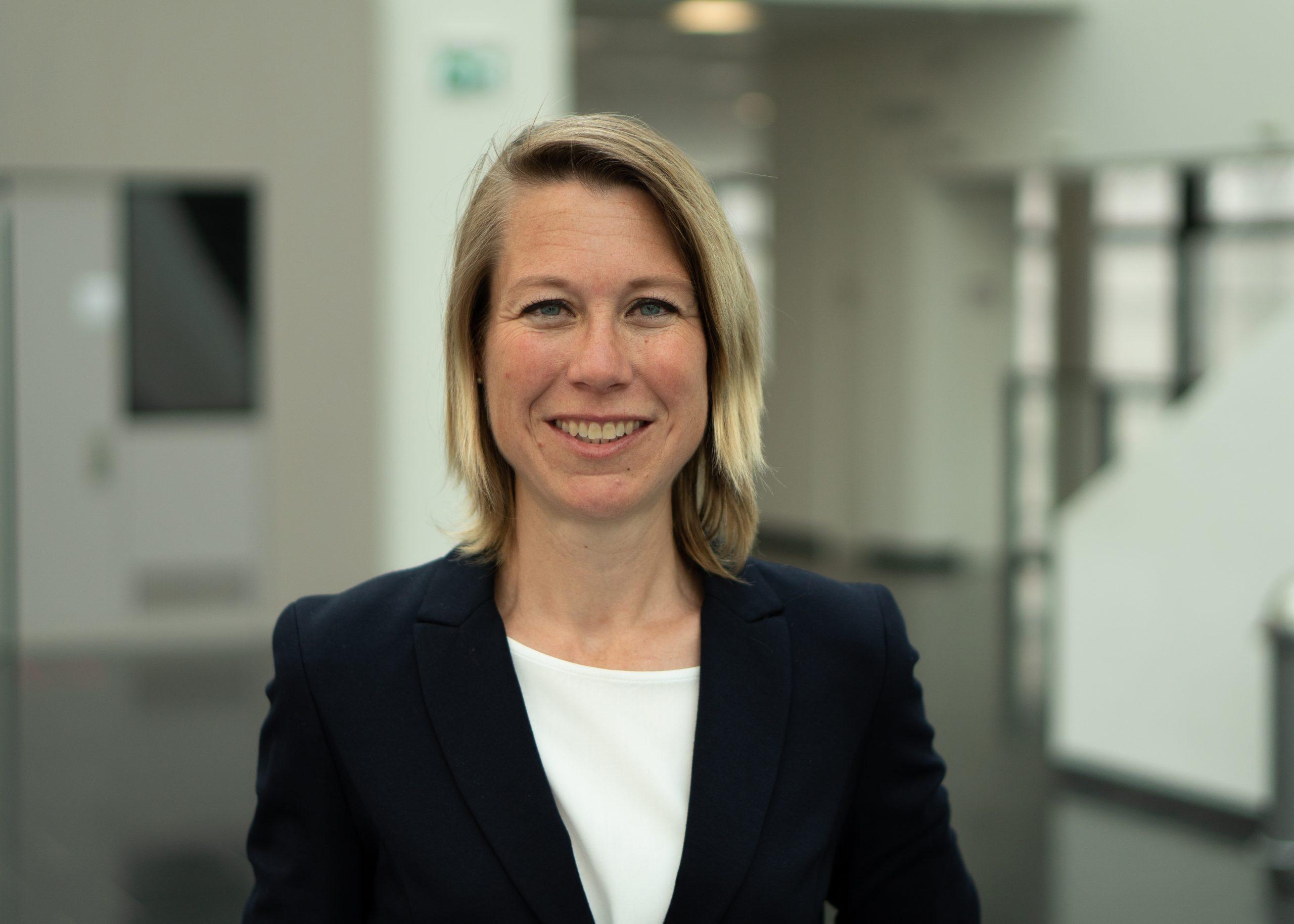 Das Bild zeigt Dr. Antje Weseler, Vertretungsprofessorin für Translationale Pharmakologie und Medizin im Department für Pflegewissenschaft.
